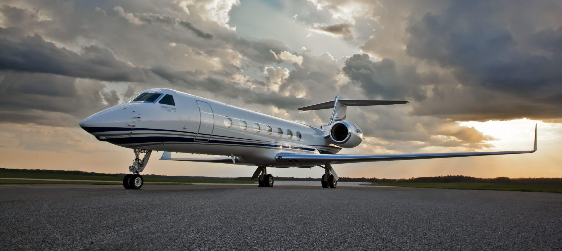 Gulfstream G550 sky crop